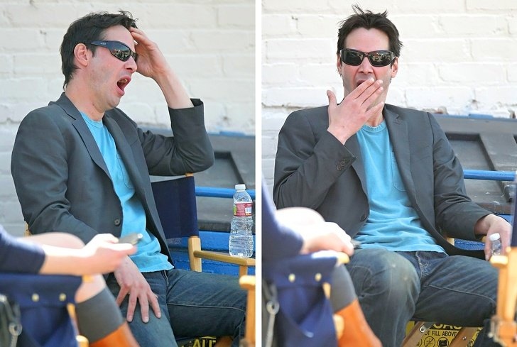 Keanu Reeves sentado en la silla durante un rodaje y bostezando