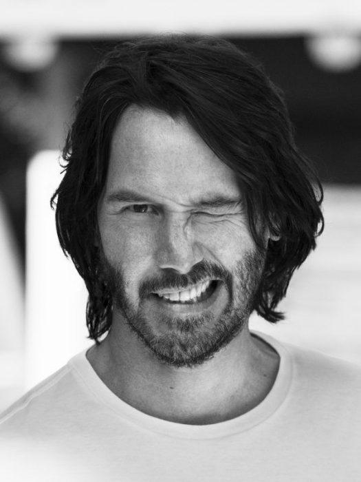 Keanu Reeves guiñando un ojo