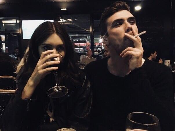 pareja bebiendo vino