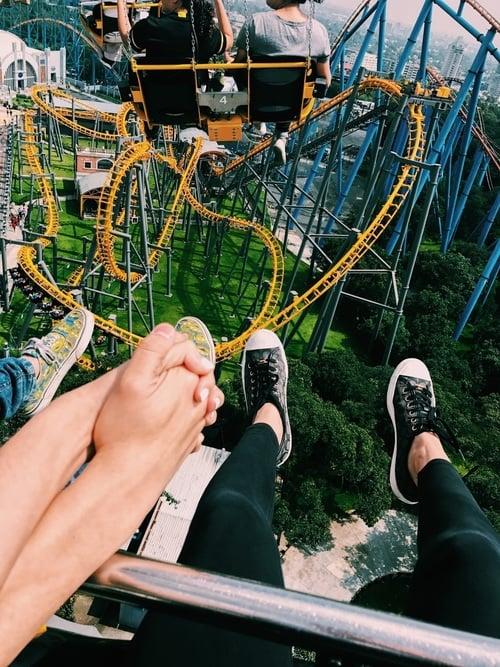 pareja en parque de diversiones