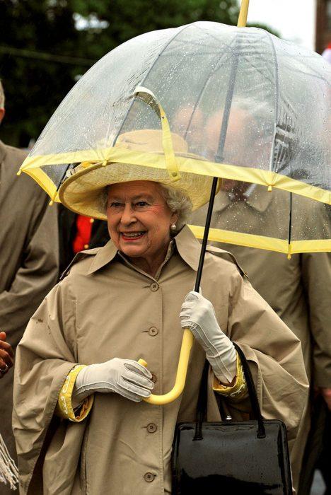 Reina Isabel II combinando sus paraguas con sus outfits de diferentes colores