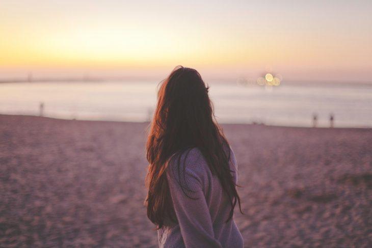 chica caminando en la playa