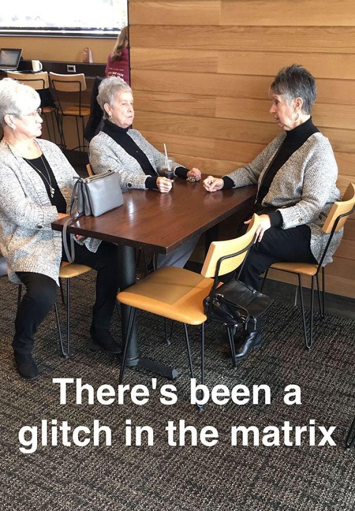 3 mujeres mayores que visten exactamente igual