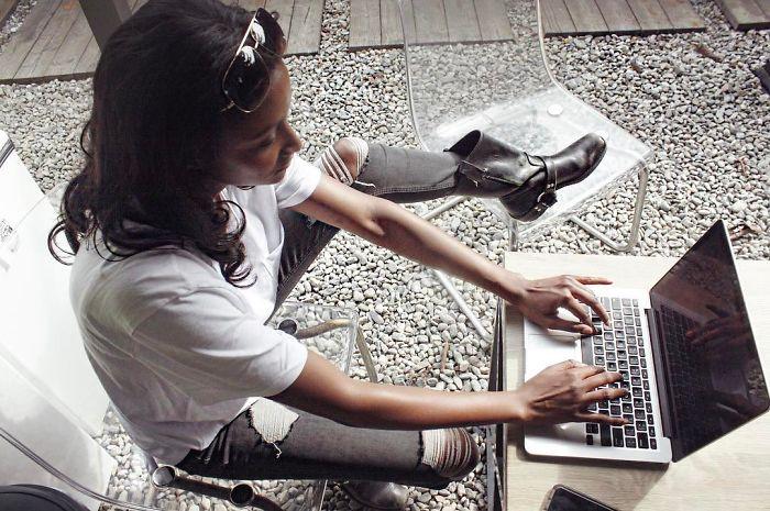 chica frente al ordenador