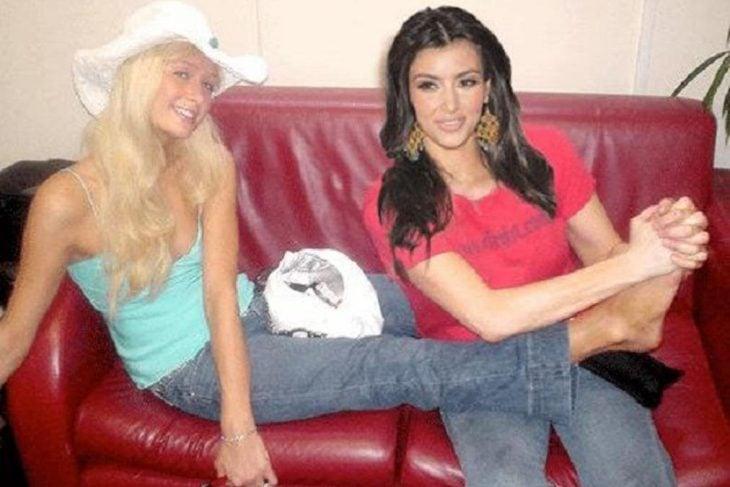 Kim masajeando los pies de Paris hilton