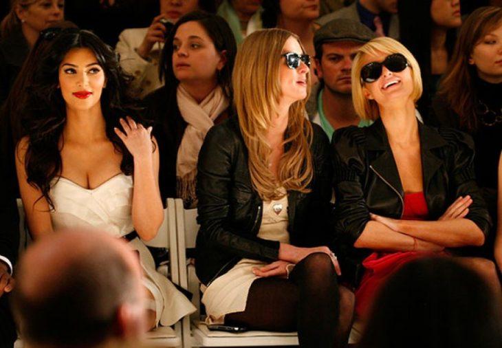 Paris y su hermana ignorando a Kim en la Semana de la Moda
