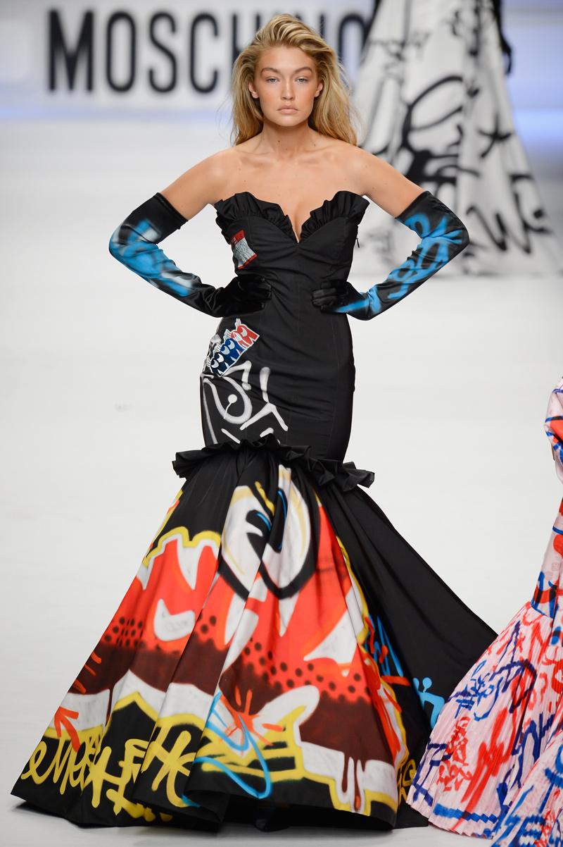 Gigi Hadid usando un vestido de Moschimo