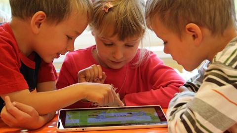 Niños jugando con una tablet