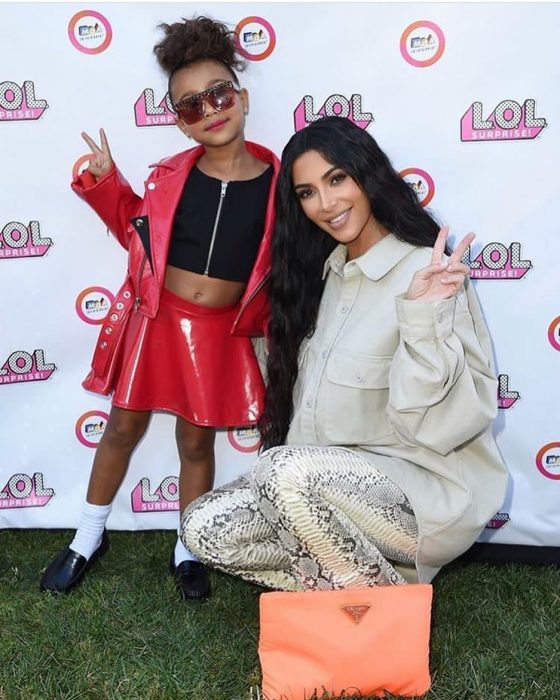 Kim kardashian abrazando a su hija durante el evento LOL Surprice