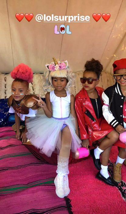Niños sentados durante el desfile de LOL Surprice