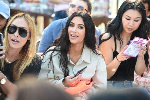 Kim Kardashian sentada en la primera fila del evento lol surprice