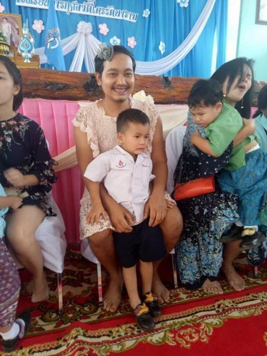 Papá que se vistió de mujer para el día de las madres abrazando a su hijo