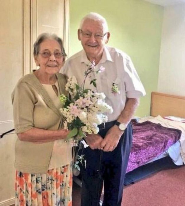 Pareja de abuelitos renovando sus votos