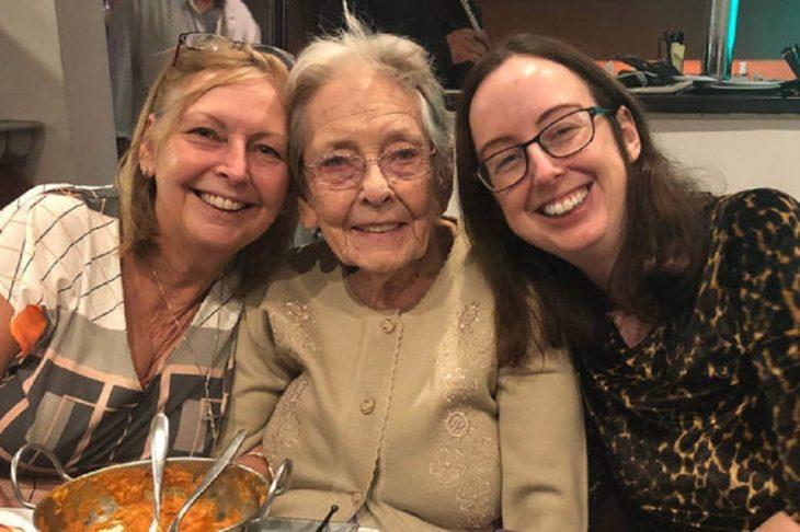 Tres mujeres sonriendo