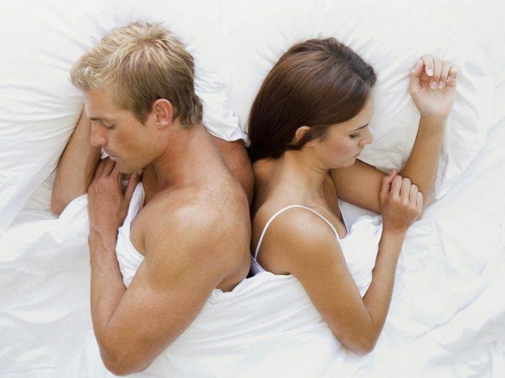 pareja de novios durmiendo de espladas