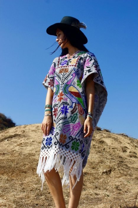 Chica con una vestimenta típica de México