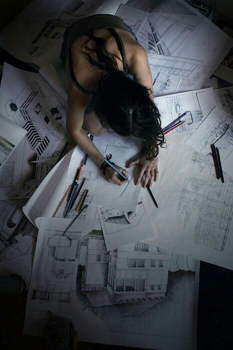 chica dibujando planos