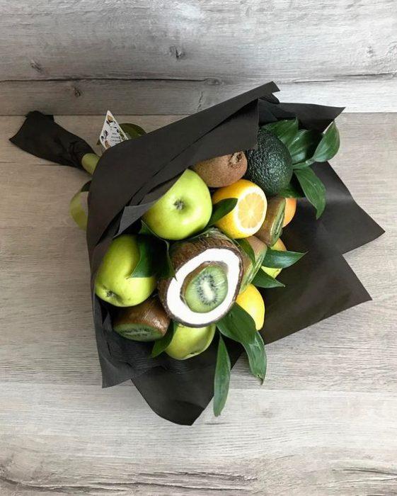 ramo con frutas verdes