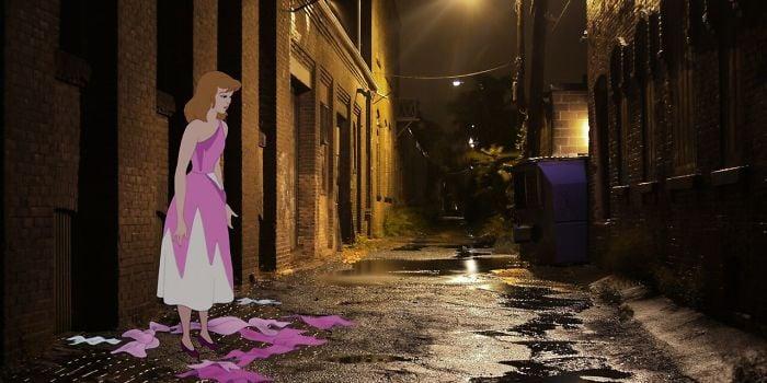 Cenicienta con el vestido degarrado en un callejón