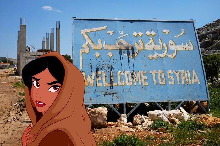 Jazmin delante de un letrero de syria