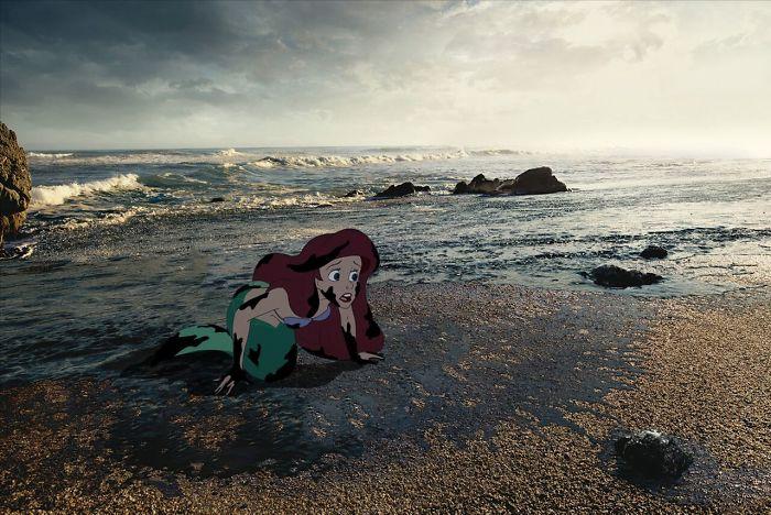 Ariel a la orilla del mar cubierta de petroleo