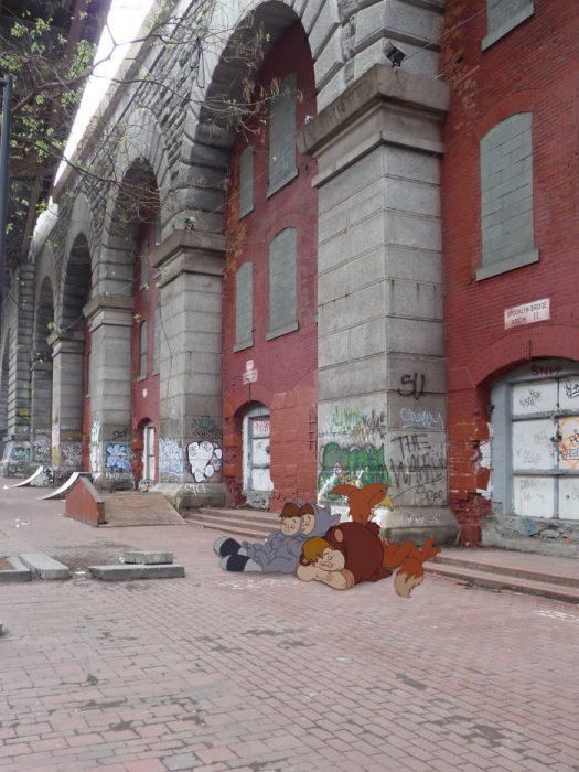Niños de Peter pan sentados ne la calle