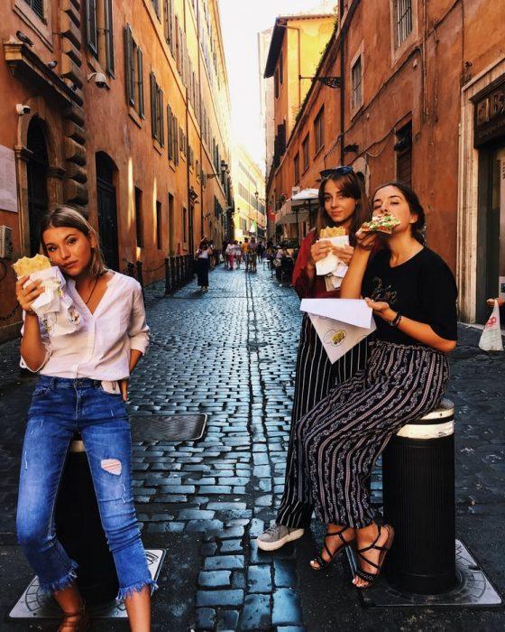 chicas comiendo en la calle