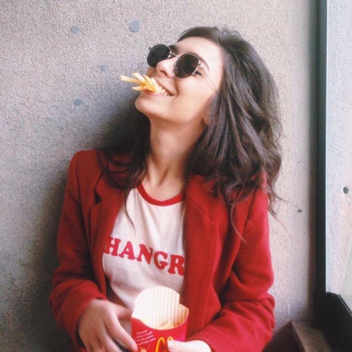 chica comiendo papas fritas
