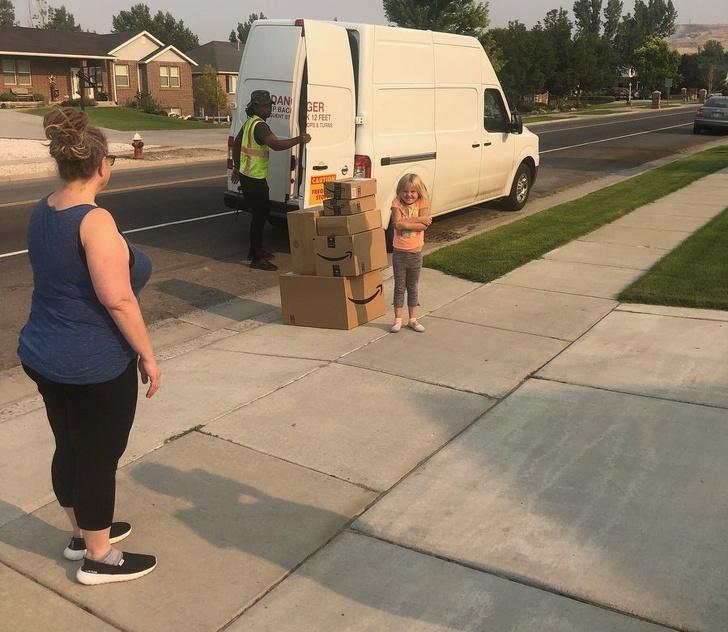 Mujer junto a una niña que pidió 300 dolares de juguetes sin permiso