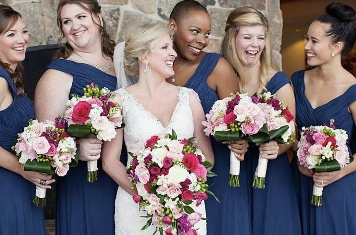 Novia junto a sus damas de honor sonriendo naturalmente