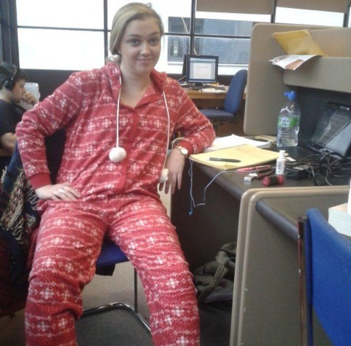 Mujer usando una pijama mientras está en la oficina