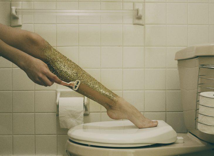 chica con piernas llenas de glitter
