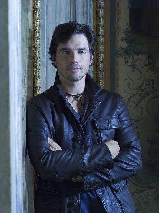 hombre con chaqueta oscura