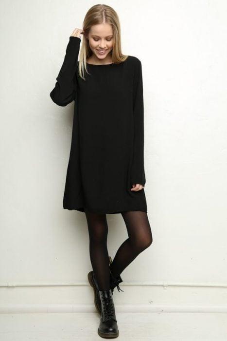 Chica usando un vestido de color negro con botas dr. Marteens