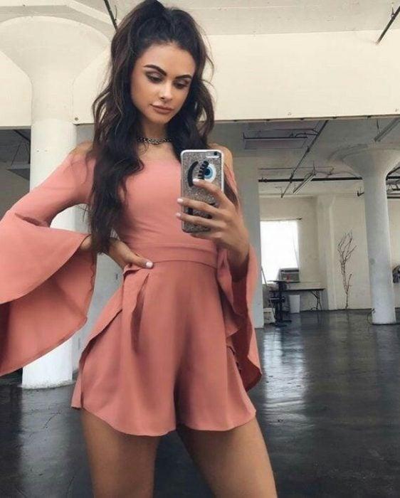 Chica usando un vestido de color rosa