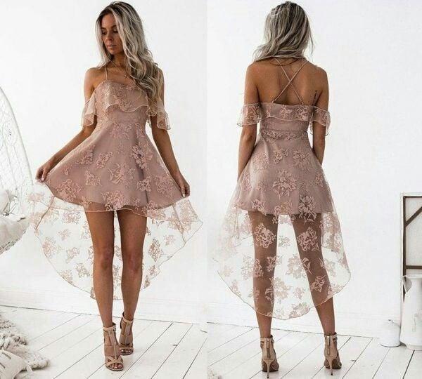 Chica usando un vestido de color rosa con encaje