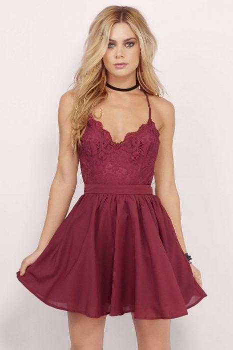 Chica usando un vestido de color guinda