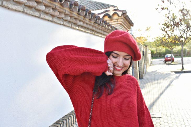 mujer con sueter rojo y boina roja