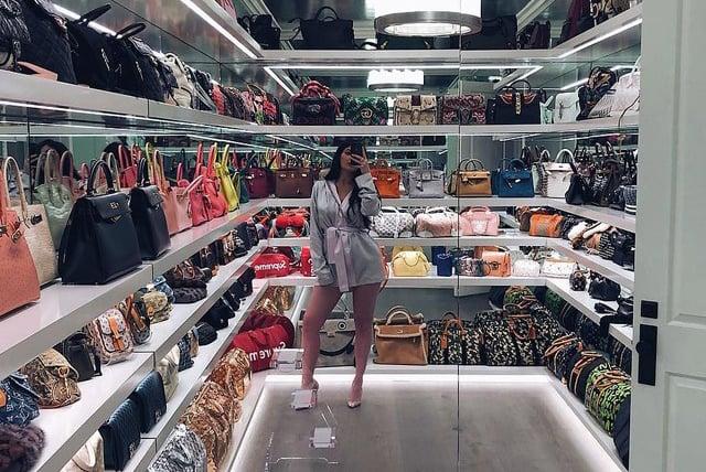 Mujer con su colección de bolsas