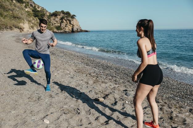 pareja jugando fútbol