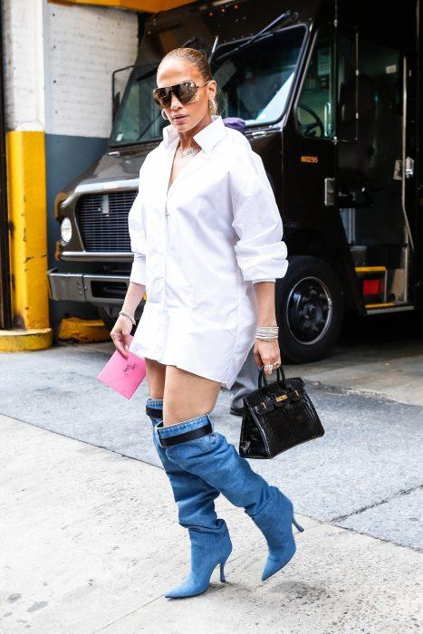 Mujer con botas de mezclilla