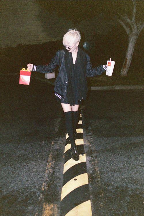 Chica con comida caminando en la noche