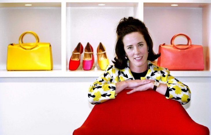 mujer sentada con zapatos