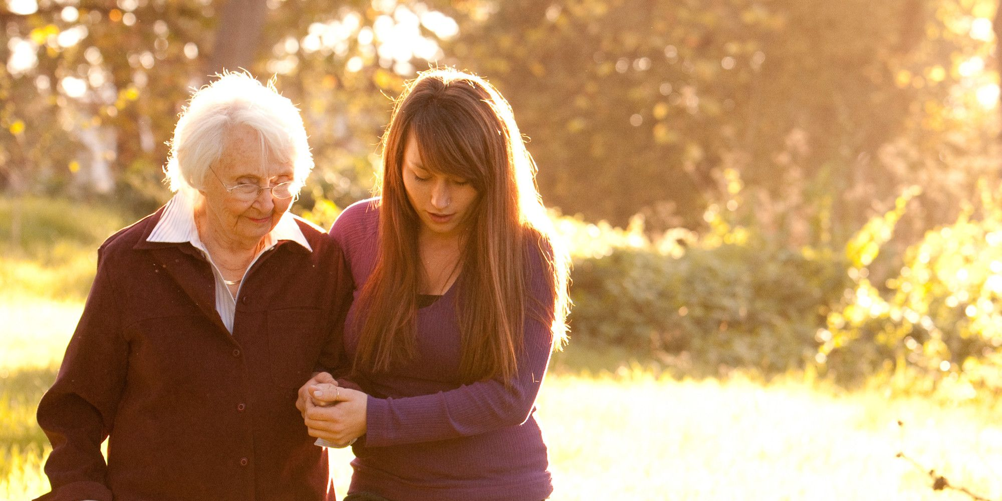 Mujer ayudando a anciana