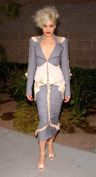 mujer con traje sastre gris