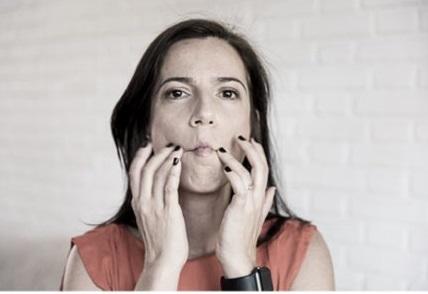chica frunciendo los labios