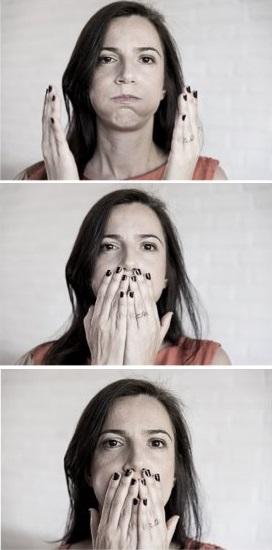 chica haciendo gestos