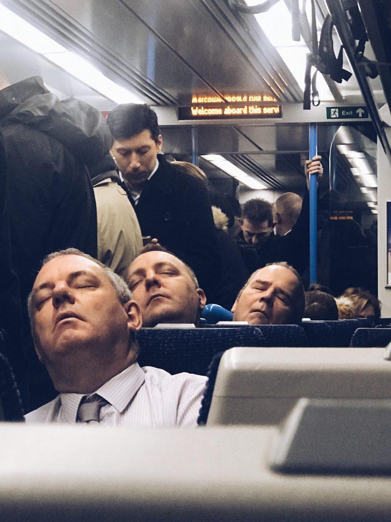 3 hombres dormidos que parecen el mismo