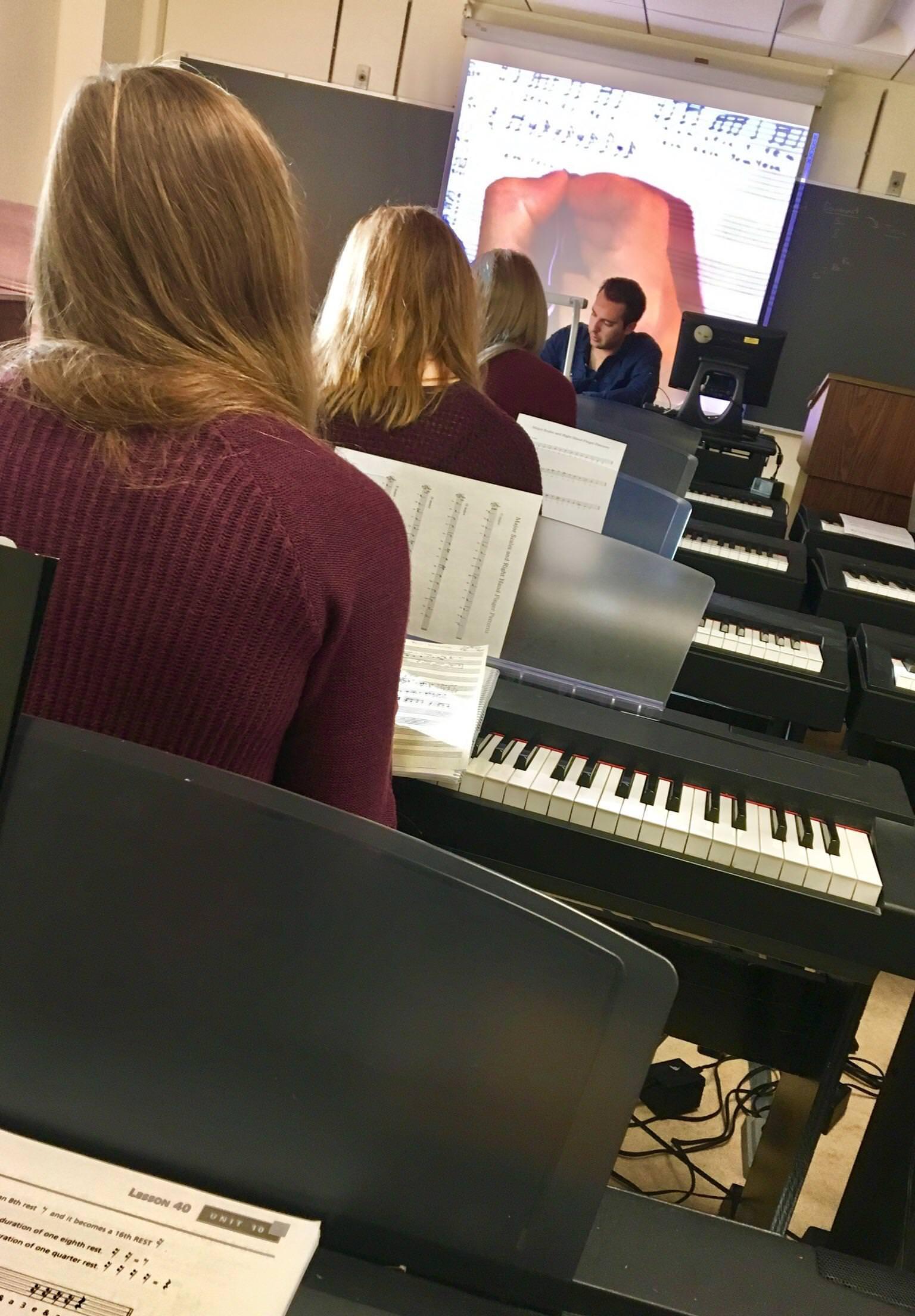 3 estudiantes que llevan el mismo suéter