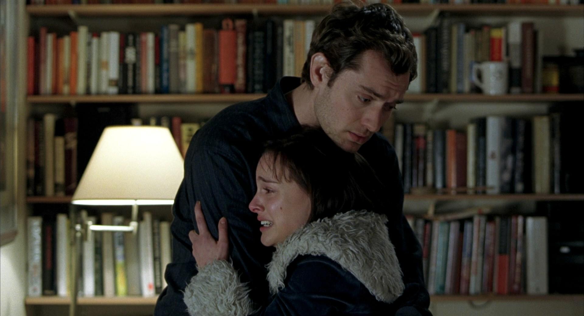 Chico abrazando a chica mientras llora